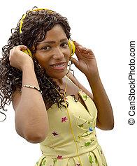 afrykańska kobieta, słuchająca muzyka, na białym