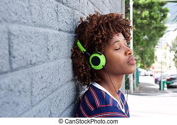 afrykańska kobieta, słuchająca muzyka, z, słuchawki