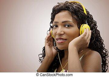 afrykańska kobieta, słuchająca muzyka