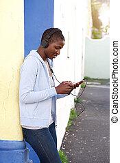 afrykańska kobieta, słuchająca muzyka, zewnątrz, z, słuchawki