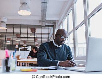 afrykański człowiek, pisanie wynotowuje, znowu, pracujący dalejże, niejaki, laptop