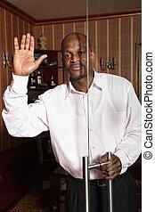 afrykański człowiek, wznos ręka, w, powitanie