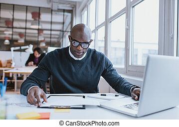 afrykański człowiek, zajęty, pracujący, jest, biurko