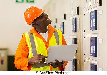 afrykański samczyk, przemysłowy, inżynier, używający laptop