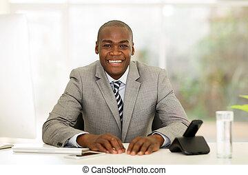 afrykanin, biznesmen, posiedzenie w biurze