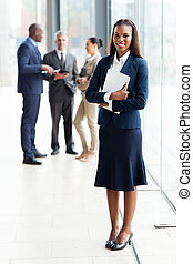 afrykanin, biznesmenka stanie, w, nowoczesny, biuro