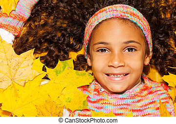 afrykanin, dziewczyna, z, kędzierzawy włos, w, pomarańczowe listowie