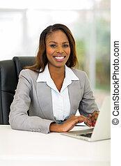 afrykanin, kobieta interesu, używając komputer, w, biuro