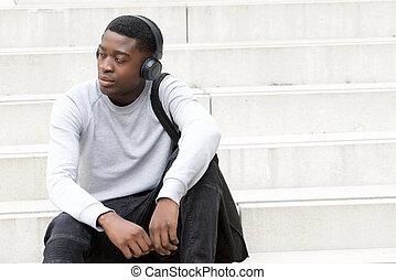 afrykanin, słuchawki, posiedzenie, kroki, amerykanka, słuchający, młody mężczyzna, muzyka, chłodny