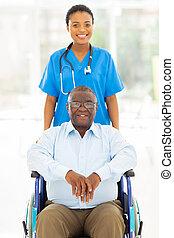 afrykanin, sanitarna troska pracownik, i, senior, pacjent