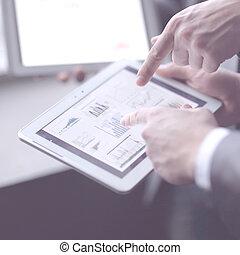 afsluiten, up.businessman, analyzing, financieel, data, gebruik, digitaal tablet