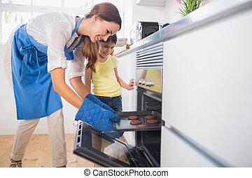 afuera, horno, madre, sonriente, galletas, toma