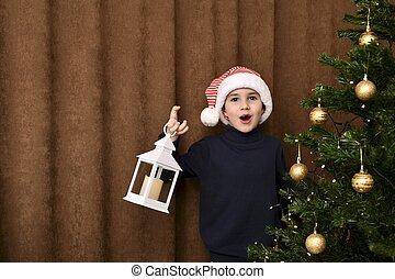 afuera, saltado, navidad, entusiasmado, lantern., atrás, niño, árbol