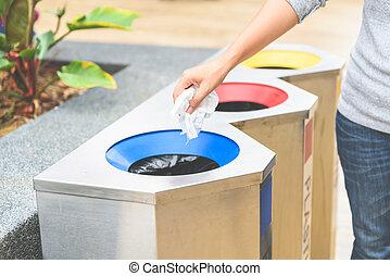 afval, restafval, hand, focus., selectief, het putten, papier, afval