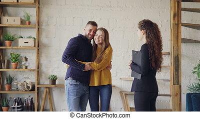 agent immobilier, acheteurs, époux, donner, baisers, couple, deal., maison, jeune, clés, confection, étreindre, mains, nouvel homme, secousse, amical, courtier, heureux