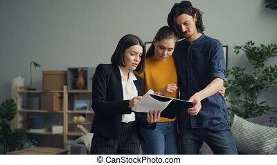 agent immobilier, femme, contrat, conversation, lecture,...