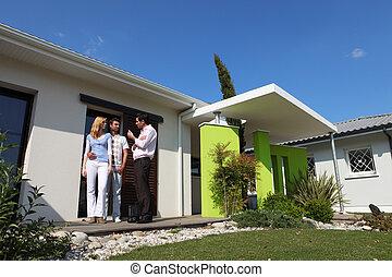 agent immobilier, maison, couple, visiter