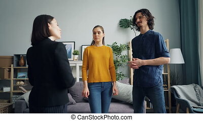 agent immobilier, plat, épouse, ensemble, debout, regarder, conversation, quoique, intérieur, nouvel homme