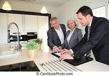 agent immobilier, projection, intérieur, de, maison, à, couples aînés