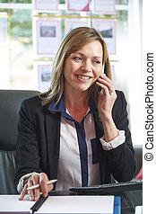 agent immobilier, téléphone, dans, bureau