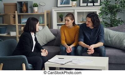 agent immobilier, vrai, acheteurs, propriété, épouse, intérieur, table, acte, discuter, mari