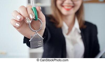 agent immobilier, vrai, femme, propriété, clés, sur, jeune, mains, nouveau, sourire