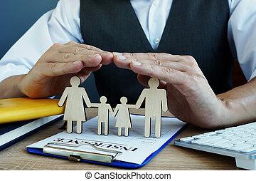 agent, protège, famille, figures., assurance-vie, politique, sur, a, desk.