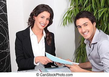 agent, und, klient, besprechen, a, karten geben