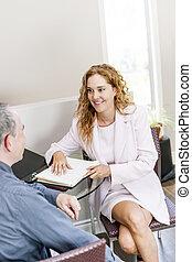agent, vergadering, met, klant, in, kantoor