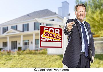 agente, con, llaves, delante de, muestra vendida, y, casa