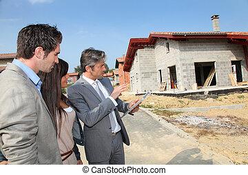 agente imobiliário, mostrando, casa, construção, para, par