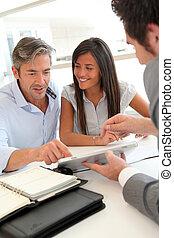 agente imobiliário, mostrando, casa, planos, ligado, eletrônico, tabuleta