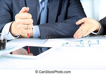 agente imobiliário, mostrando, casa, planos, para, um, businesssman