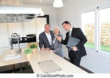 agente imobiliário, mostrando, interior, de, casa, para, par...