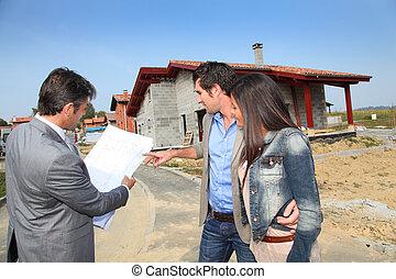 agente imobiliário, mostrando, plano, para, jovem, lar, investidores