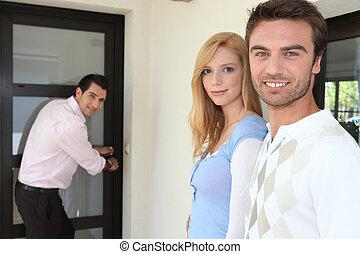 agente inmobiliario, actuación, un, propiedad