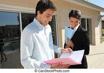 agente inmobiliario, con, ella, cliente