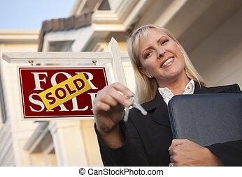 agente inmobiliario, con, llaves, delante de, muestra vendida, y, casa
