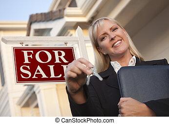 agente inmobiliario, con, llaves, delante de, señal, y, casa