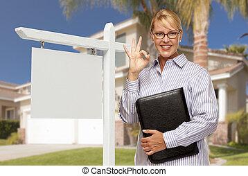 agente inmobiliario, delante de, muestra en blanco, y, casa