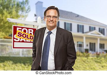 agente inmobiliario, delante de, muestra vendida, y, casa
