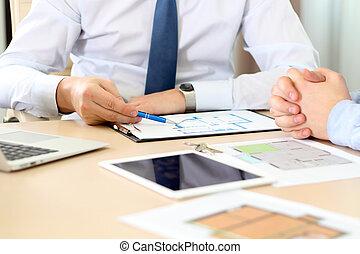 agente inmobiliario, discutir, un, casa, planes, con, un, businessman.