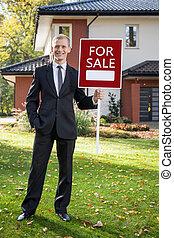 agente inmobiliario, posición, delante de, casa