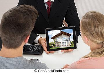 agente, mostrando, casa, ligado, tablete digital, para, par