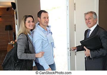 agente propriedade imobiliária, mostrando, modernos, casa,...