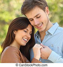 agganciare abbracciare, e, tenere mani, mentre, occhiate, un, squillo impegno