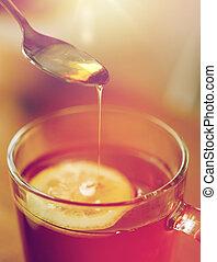 aggiungere, donna, tè limone, su, miele, chiudere