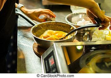 aggiungere, uova, pasta, pollo