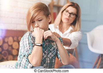 agitato, ragazzo, prendere, sostegno, da, uno, professionale, psicologo