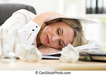 agotado, hembra, hacer, papeleo, mientras, sentado, en, ella, escritorio